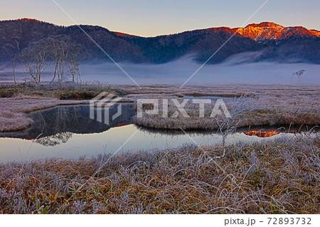 朝日に赤く染まる景鶴山_霧と霜の尾瀬ヶ原 72893732