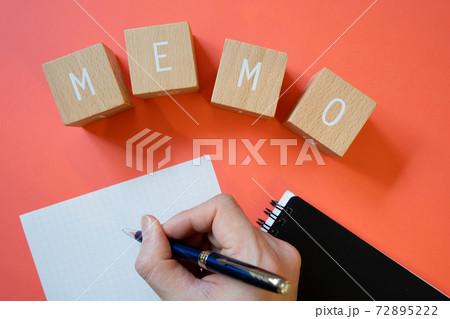 MEMO(メモ) 木のブロックで作ったMEMOの文字とノートとペンと手 72895222