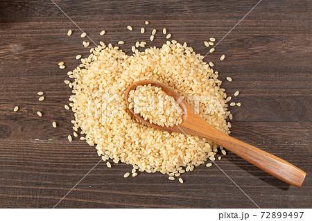 発芽玄米とウッドスプーンとウッドボード 72899497