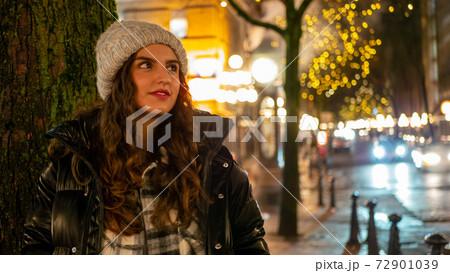 イルミネーションの中で彼氏を待つ外国人女性 72901039