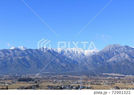 あづみ野池田クラフトパークから望む冬の安曇野と北アルプス 72901322