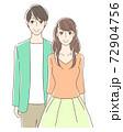 笑顔で立つカップル 72904756
