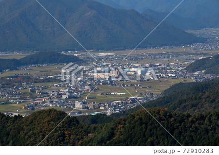 丹波市にある金山城跡の頂上から望む丹波市の中心部の街並み やや拡大 72910283