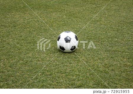サッカーグラウンドにあるサッカーボール 72915955