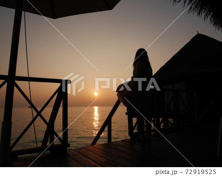 モルディブの夕焼けと水上コテージ 72919525