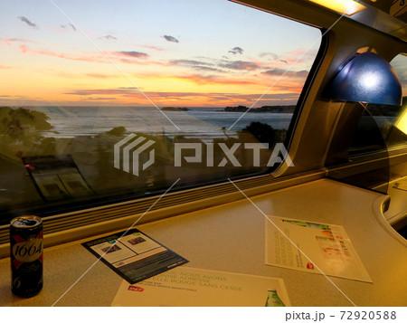 フランス・コートダジュールを走る高速列車TGVの車窓から見る夕焼け 72920588