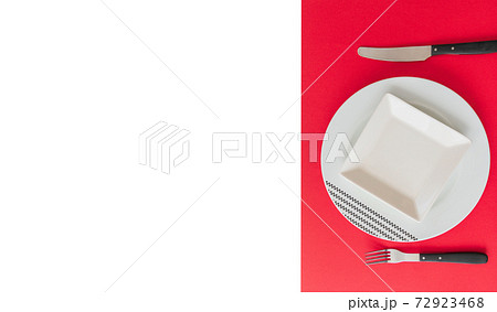テーブルウエア 皿 赤背景イメージ素材 72923468