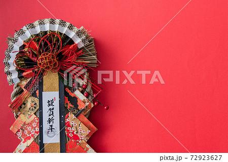 正月飾り 赤背景イメージ素材 72923627