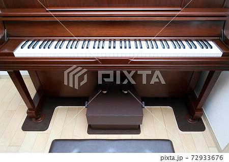 ウォルナットのアップライトピアノ 72933676