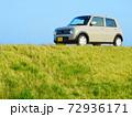 丘に止まっている軽自動車 72936171