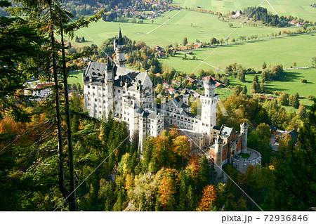 ドイツ・ノイシュバンシュタイン城を見下ろす 72936846