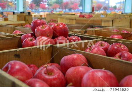出荷を待つ津軽のリンゴ市場のリンゴたち 72942620