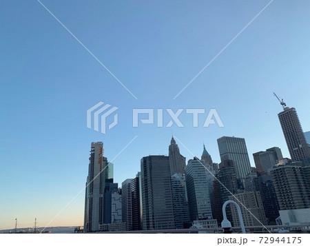 ニューヨークブルックリンブリッジから見えるマンハッタン 72944175