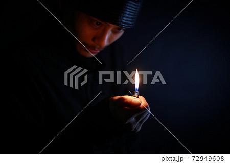 ライターで火を着ける男 犯罪イメージ 72949608