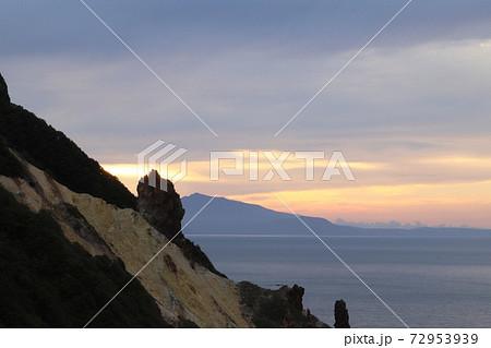 積丹の夕日と山の絶妙な風景が素敵 72953939