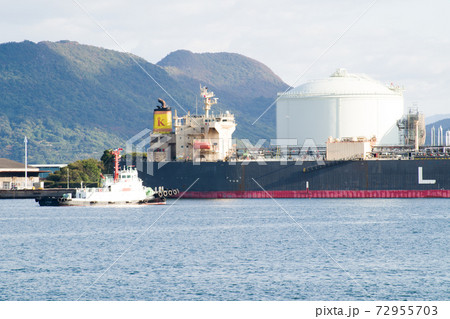 坂出港で荷役をするタンカーの景色 72955703