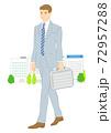 スーツで歩く通勤サラリーマン 72957288