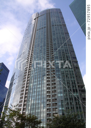 シンガポールのガラス張りの高層ビル 72957895