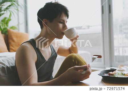 モーニングルーティン ひとり暮らし男性 朝食 72971574