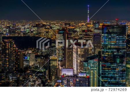 東京・日比谷丸の内周辺の高層ビル群の夜景 72974269