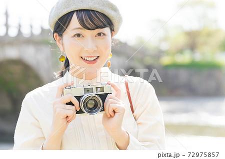 観光地でカメラを持つ女性 72975857