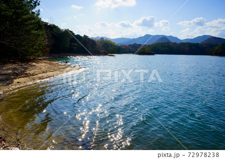 太陽光でキラキラする水面(香川県高松市) 72978238