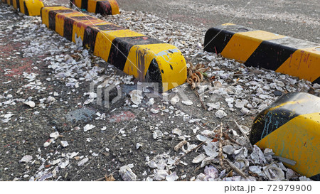 港に放置された貝殻の残骸と車止め 72979900