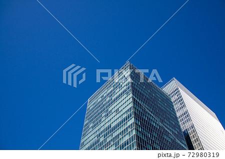 ビジネスの中心地・東京丸の内のビルと青空 72980319