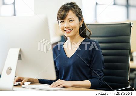 オフィスで働くデザイナー 72985651