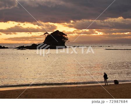 夏の志摩半島 あずり浜からすずめ島の夕景 72987684