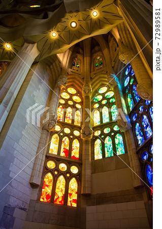 スペインバルセロナのサグラダファミリアの中 カラフルなステンドグラスと奇抜なデザインの内装 72989581
