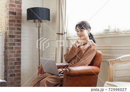 アンティークな部屋でパソコンを使う女性 72996027
