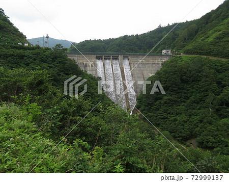 富山 有峰林道から見る祐延ダムの放流 72999137