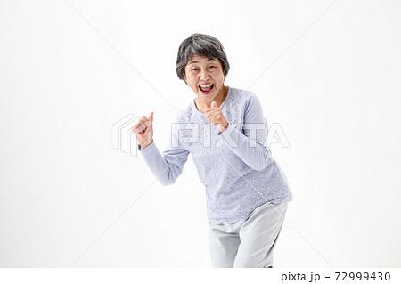 シニア女性 アクティブ 72999430