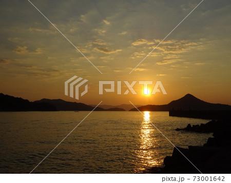 八代海に沈む夕日と海面に伸びる光の道~天草 龍ヶ岳町大道~ 73001642