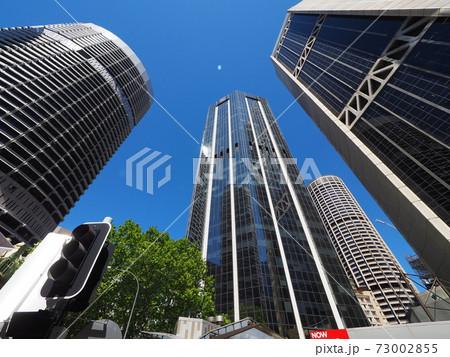 下から見上げたシドニーの高層ビル群 73002855