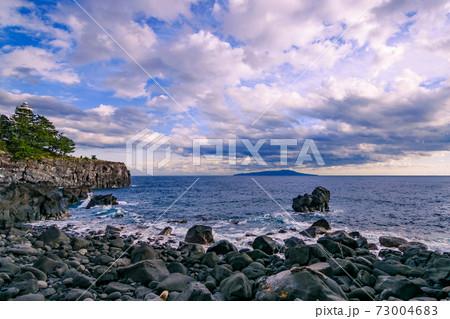 冬の城ヶ崎海岸と幻想的な空のグラデーション 73004683