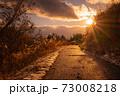 【香川県 琴南地区】雪が積もった夕方の農村部の歩道の自然風景 73008218