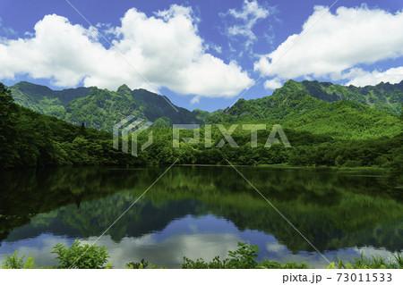 新緑の山々が映る鏡池・長野県戸隠 73011533