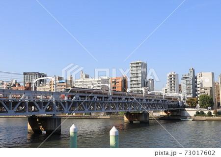 隅田川を跨ぐ東武スカイツリーラインの鉄橋 73017602