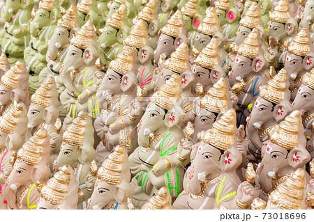 インド_ガネーシャ祭に向けた露天販売 73018696