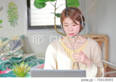 オンラインミーティング_左手の手振りをしながら話す女性 73019093
