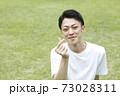 指ハートポーズの若い男性顔ピント 73028311