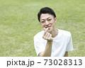 指ハートポーズの若い男性指ハート 73028313