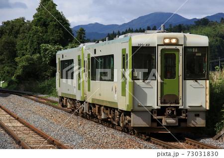 【JR東日本・大船渡線】真滝駅に到着する2両編成のディーゼルカー 73031830