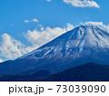 冬(12月)、わずかに雪が降った富士山と子抱き富士を精進湖から望む 山梨県富士河口湖町 73039090
