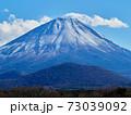 冬(12月)、わずかに雪が降った富士山と子抱き富士を精進湖から望む 山梨県富士河口湖町 73039092