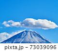 冬(12月)、わずかに雪が降った富士山を本栖湖から望む 山梨県身延町 73039096