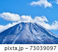 冬(12月)、わずかに雪が降った富士山を本栖湖から望む 山梨県身延町 73039097