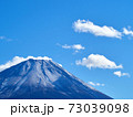 冬(12月)、わずかに雪が降った富士山を本栖湖から望む 山梨県身延町 73039098